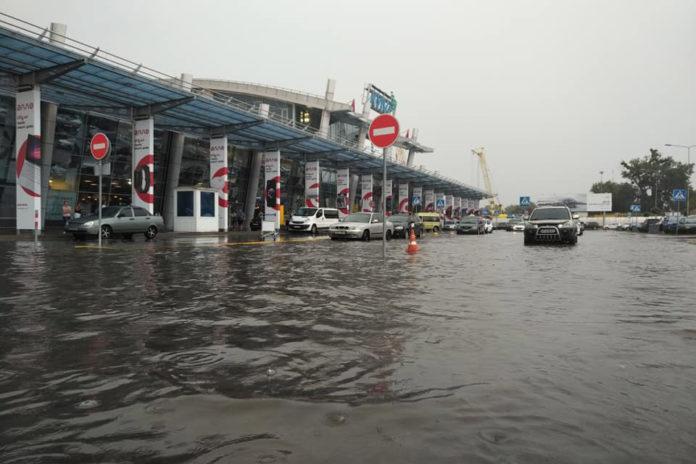 Підтоплена привокзальна площа перед терміналами в аеропорту Жуляни \ фото: Дмитро Власов