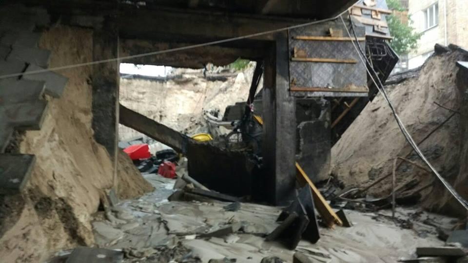 Самые большие разрушения произошли на путепроводе на пересечении улицы Телиги и Кирилловской / фото LocalNet