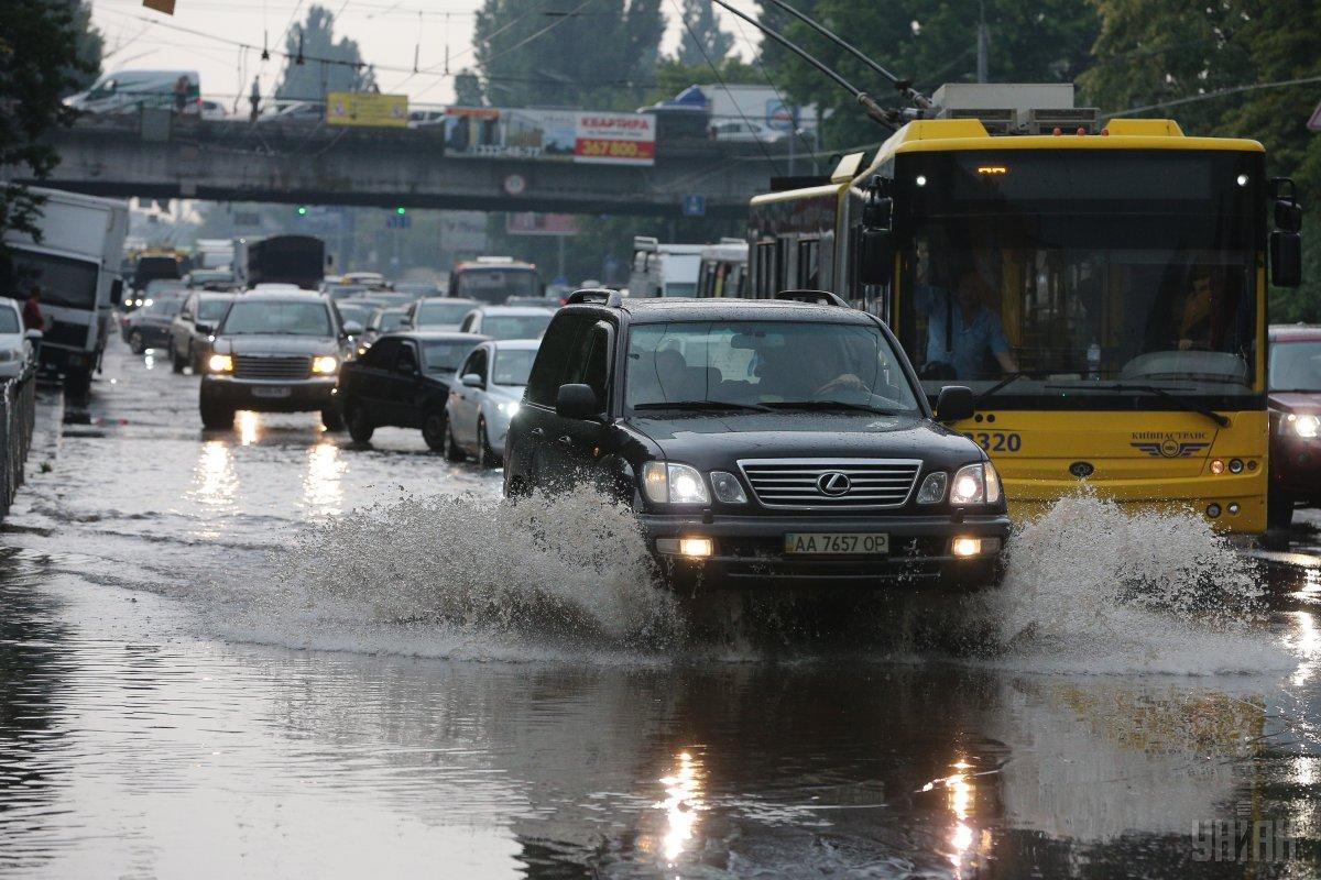 Через негоду та пробки у громадського транспорту збився графік / Фото УНІАН