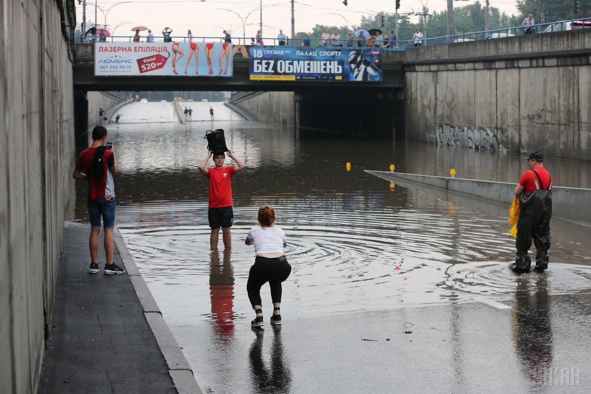 Дорога у станции метро «Дорогожичи» под мостомстала озером/ фото УНИАН