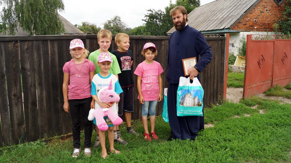 Братія соцвідділу Лаври побувала у підопічних із сіл Макарівського району / lavra.ua