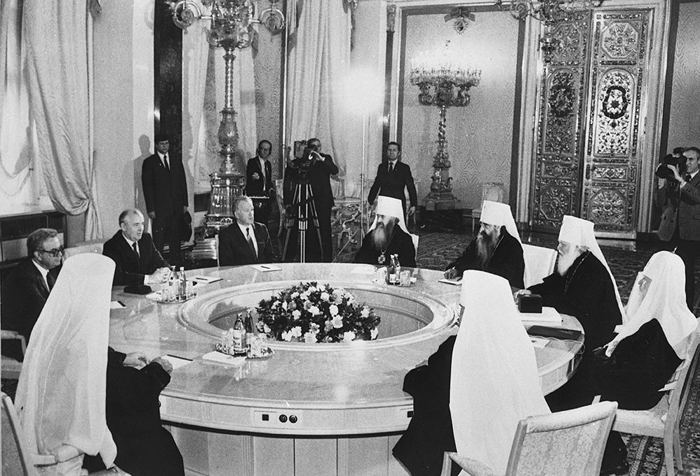 Встреча М. С. Горбачева со Святейшим Патриархом Пименом и членами Священного Синода. Кремль. 7 мая 1988 г./ foma.in.ua