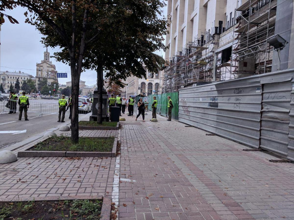 На Крещатике полиция проверяет людей металлоискателями / фото УНИАН
