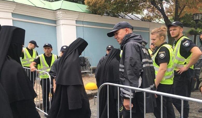 Поліція ретельно перевіряє усіх, хто прямує на урочистості / kyiv.npu.gov.ua
