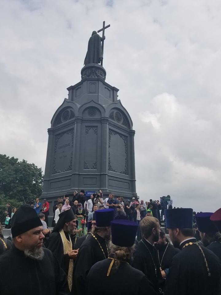 На Володимирській гірці розпочався молебень на честь 1030-річчя Хрещення Русі / Фото «УНІАН-Релігії»