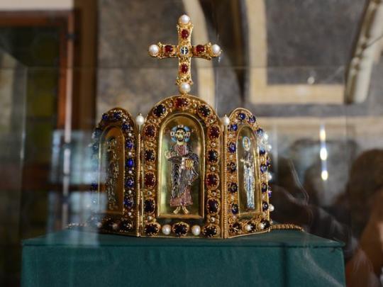 Корони є частиною колекції історичних головних уборів / fakty.ua
