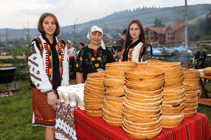У Поляниці встановили рекорд на наймасовіше частування стравами приготованими на вогні \ УНІАН