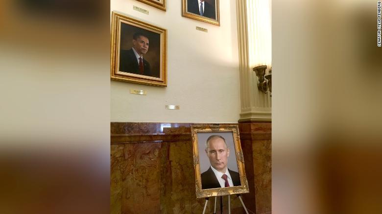 Фото Путина было размещено на подставке у стены с изображениями экс-президентов США / фото cnn.com