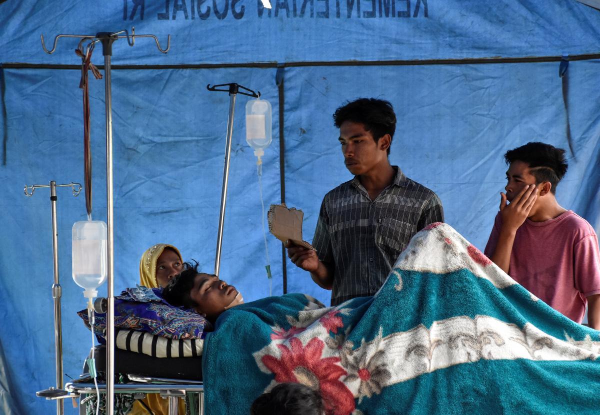 В Індонезії надаюють допомогу постраждалим від страшного землетрусу / REUTERS