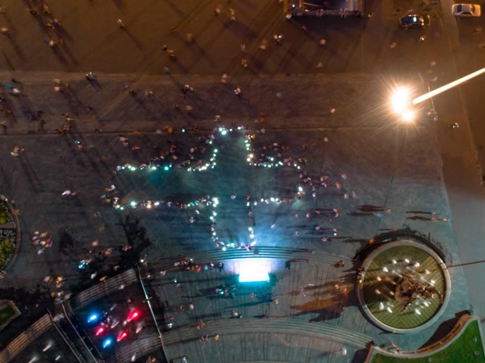 Десятки людей запалили ліхтарики на своїх телефонах / facebook.com/kievtypical