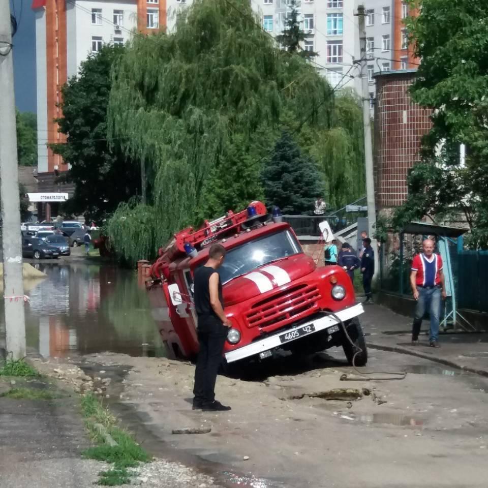 У липні на вул. Стадникової під час зливи посеред дороги провалився автомобіль рятувальників, який їхав викачувати воду з затопленого приміщення / фото Олег Різник
