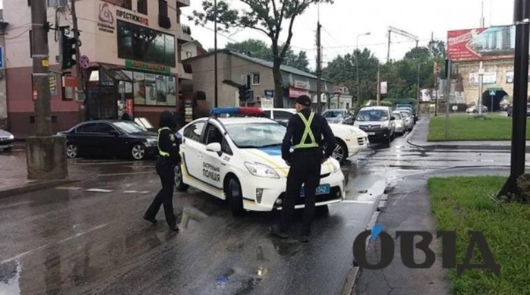 В середині липня патрульні змушені були перекрити дорогу на вул. Крушельницької через затоплення після дощу / фото Овід