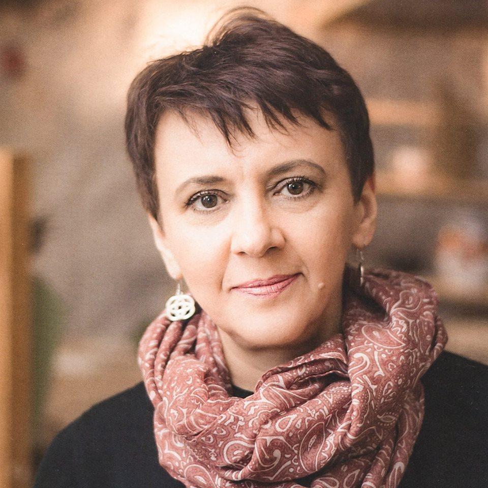 Оксана Забужко призвала украинок не покрывать головы в храмах / facebook.com/oksana.zabuzhko
