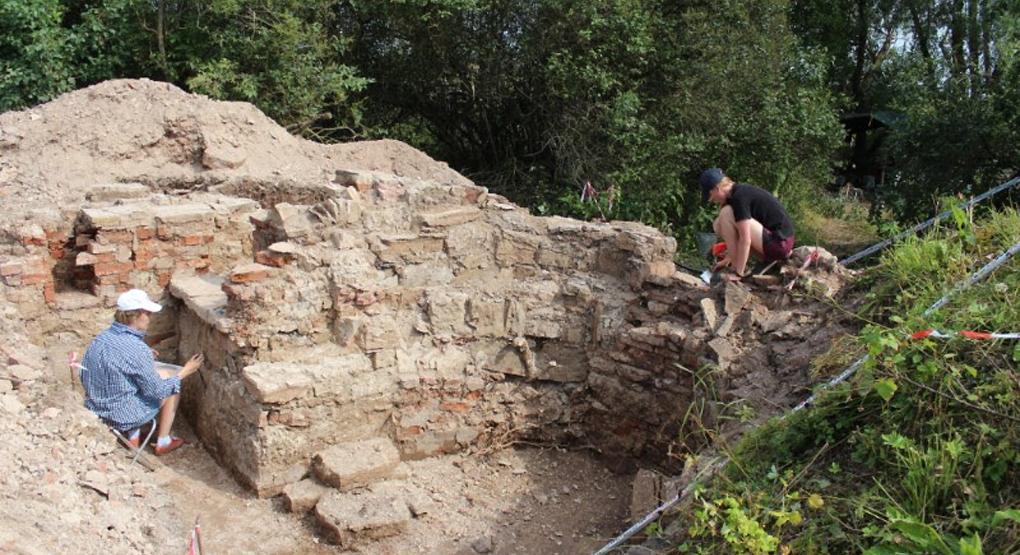 Відразу після досліджень стіни Андріївської церкви будуть знову засипані землею / foma.ru