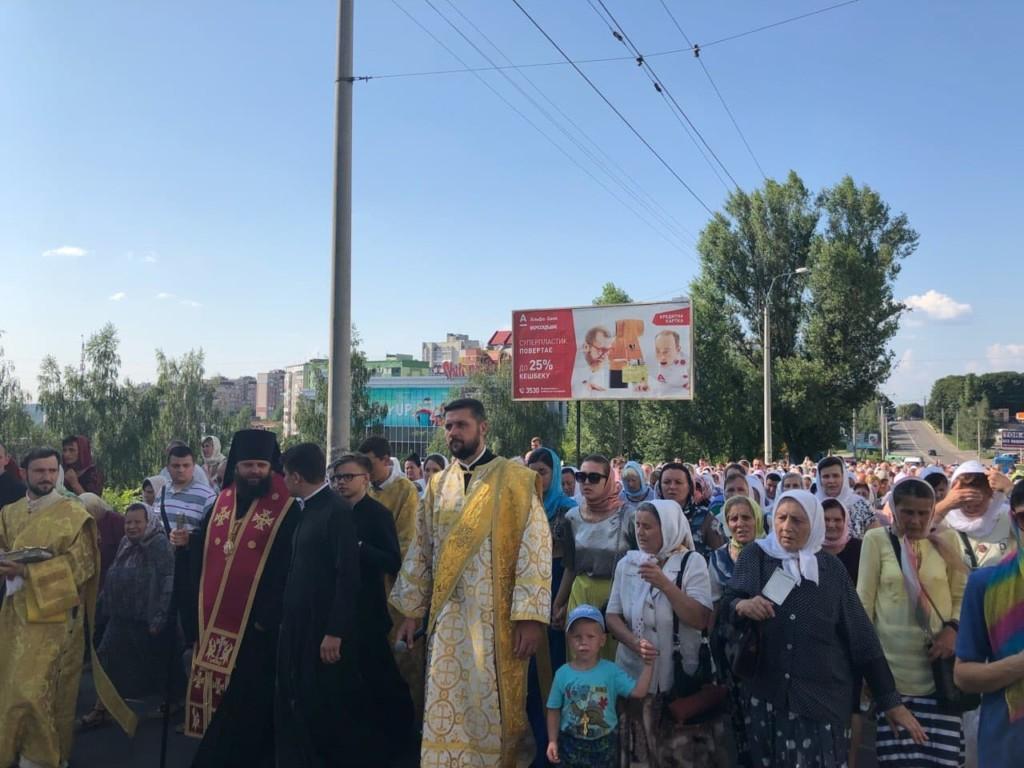 Віряни та священики УПЦ пройшли хресною ходою вулицями Рівного / rivne.church.ua