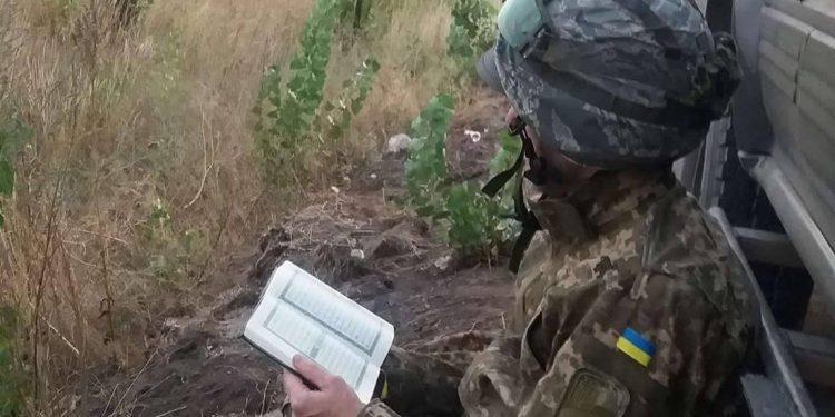 Мусульманин читает Коран на передовой, иллюстративное фото / Голос.иа