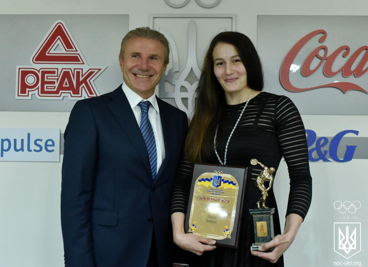 Боруца отримала приз найкращому спортсмену червня в Україні з рук Сергія Бубки / noc-ukr.org