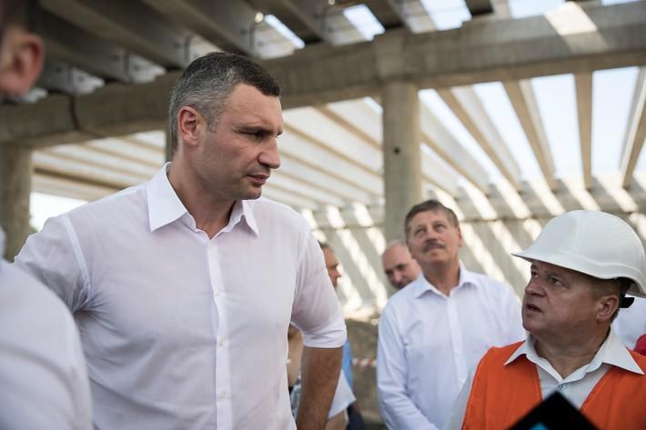 Также Виталий Кличко проверил, как идут работы по капитальной реконструкции улицы Семьи Кульженков/ фото kyivcity.gov.ua