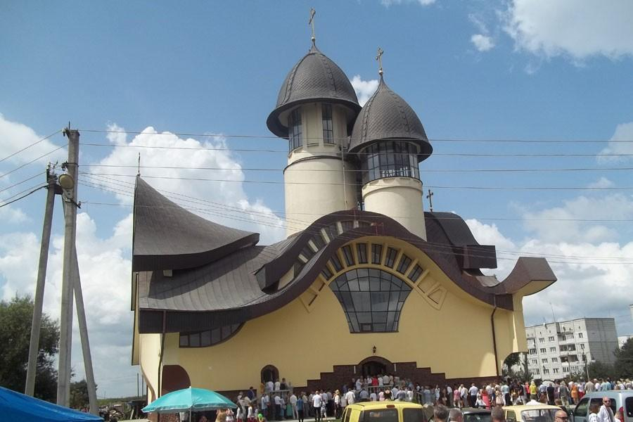 Храм спроектував львівський архітектор Олександр Матвіїв у 1999 році / vikna.if.ua