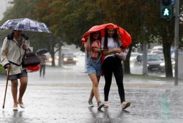Прогноз погоды на завтра: почти всю Украину зальют дожди (видеопрогноз)