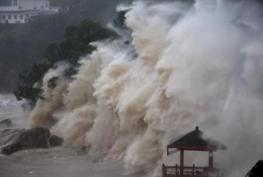 В Китае из-за наводнения эвакуировали около 100 тысяч человек