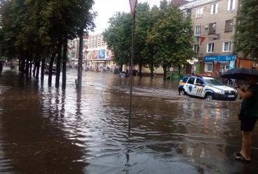 Житель Кривого Рогу переплив затоплену вулицю на надувному матраці (відео)