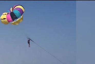В Кирилловке девушку на парашюте едва не унесло вместе с водными мотоциклом (видео)