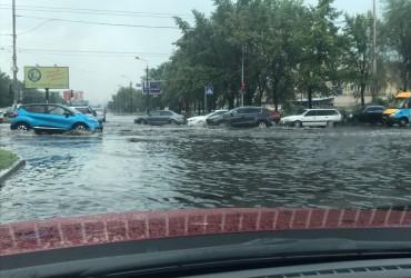 Ливень превратил дороги Киева и Чернигова в реки (фото, видео)