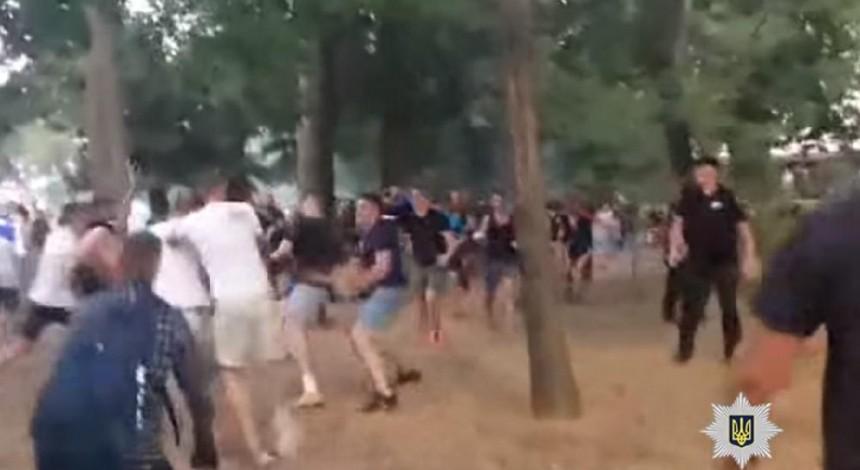 В Одессе в ходе массовой драки футбольных фанатов пострадали двое полицейских (видео)