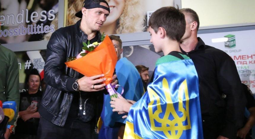 Усик повернувся до України після переможного бою в Москві (фоторепортаж)