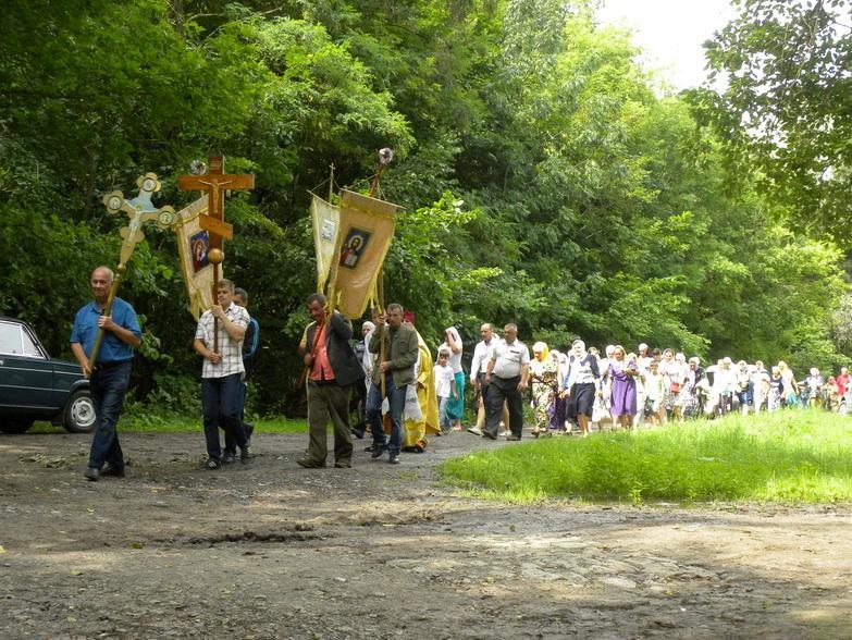 Православные Полтавщины прошли крестным ходом к источнику, освященному в честь святого князя Владимира / kremen-eparh.org