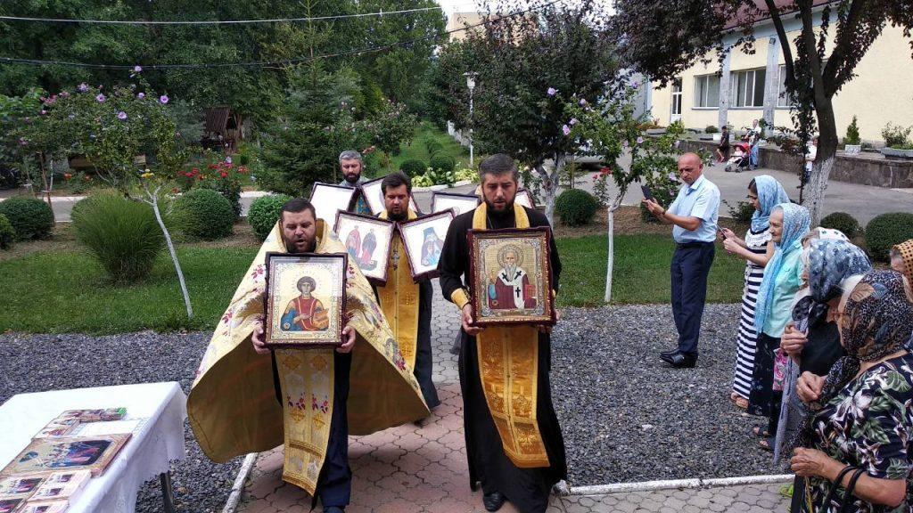 В Мукачевский психоневрологический интернат прибыли иконы с мощами 10-ти святых целителей / m-church.org.ua