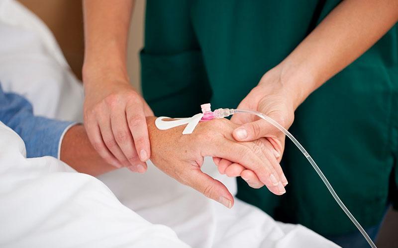 Якщо родина і лікарі дійдуть згоди, медичним працівникам буде дозволено відключати системи подачі їжі і пиття / euroonco.ru