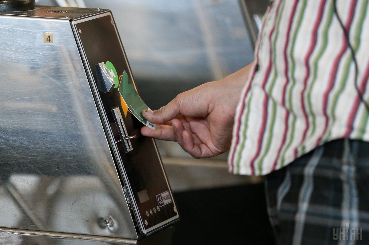 Почти 75% пассажиров уже не используют жетоны \ фото УНИАН