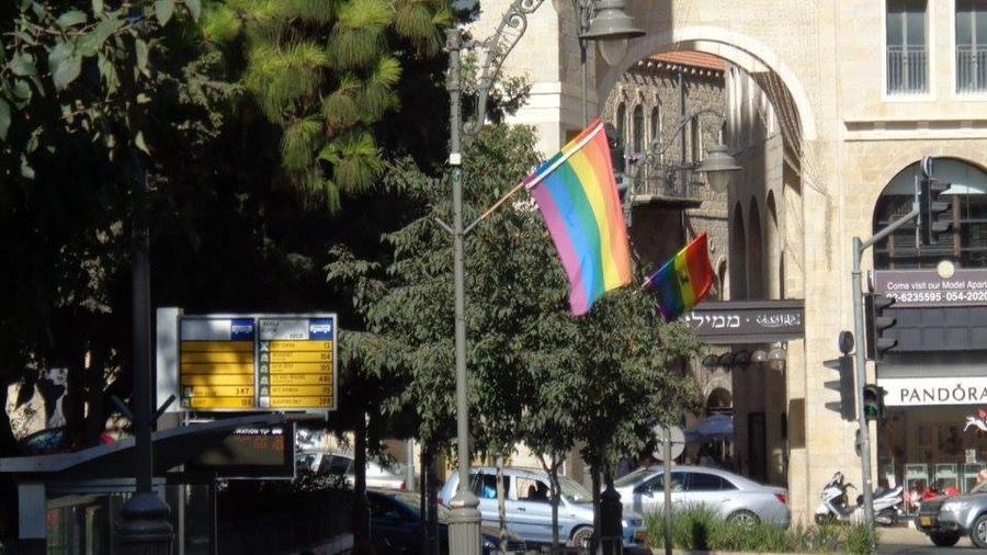Раввины требуют убрать флаги ЛГБТ подальше от синагоги / Фото: israelperson.co.il