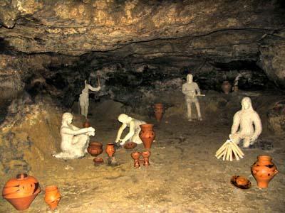 Реконструкция стоянки древних людей внутри пещеры Вертеба / Фото uk.wikipedia.org
