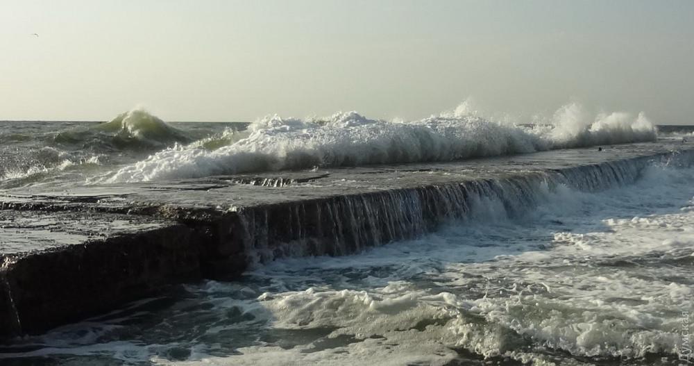 Вже другий день вітряно, біля берега штормить, і причали заливає хвилями / фото dumskaya.net
