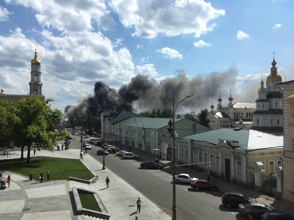 У Харкові горить будівля вишу/ фото Харків City
