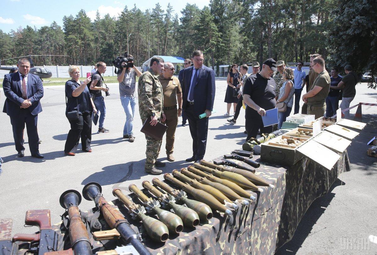 СБУ показала міномети, гранатомети та іншу зброю, з якою Савченко і Рубан планували здійснити теракт / фото УНІАН