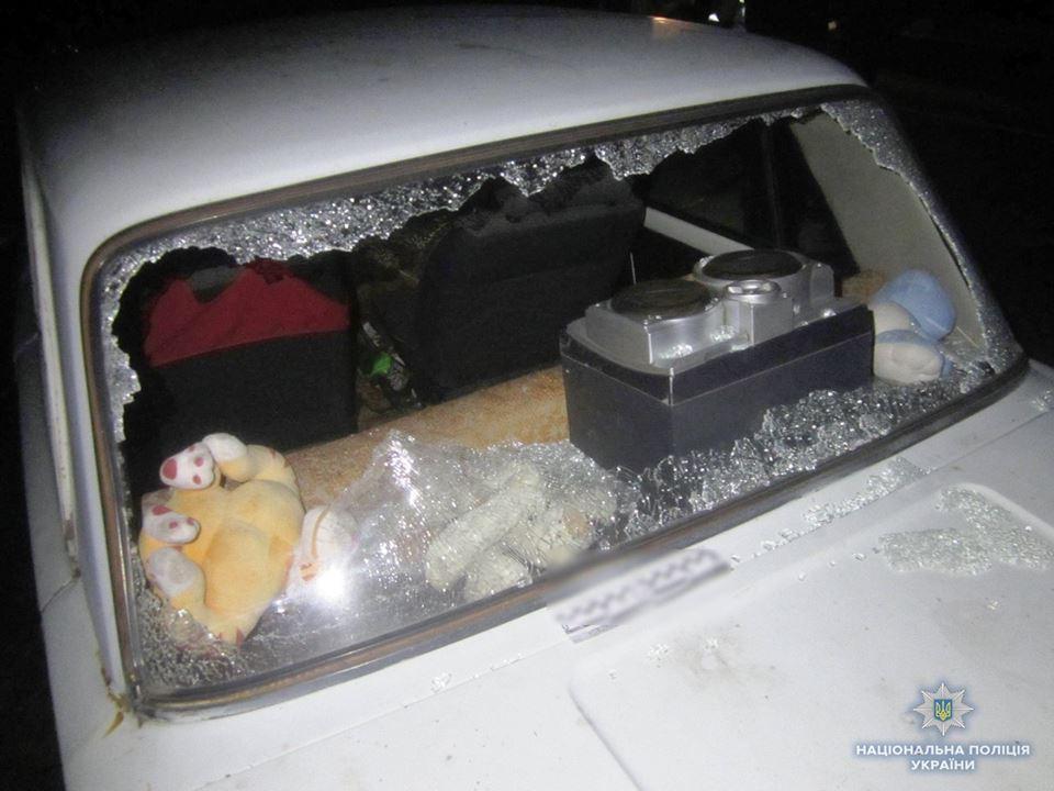 Одному з чоловіків іноземці битою та сокирою розбили автомобіль / фото ГУ НП Київської області