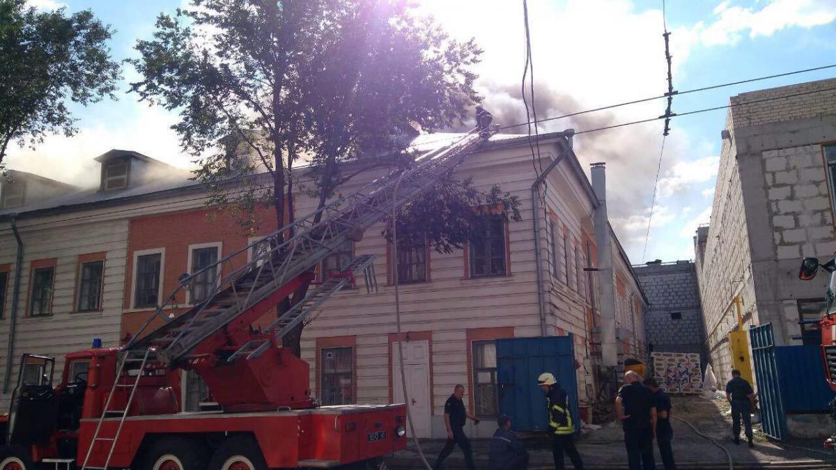 Запах гару чути майже в усій центральній частині міста / фото dsns.gov.ua