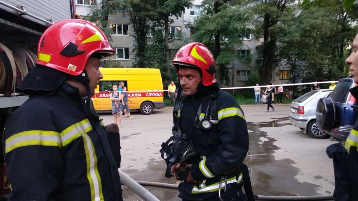 У дев'ятиповерховому житловому будинку загорілися балкони з п'ятого по восьмий поверхи / Фото dsns.gov.ua