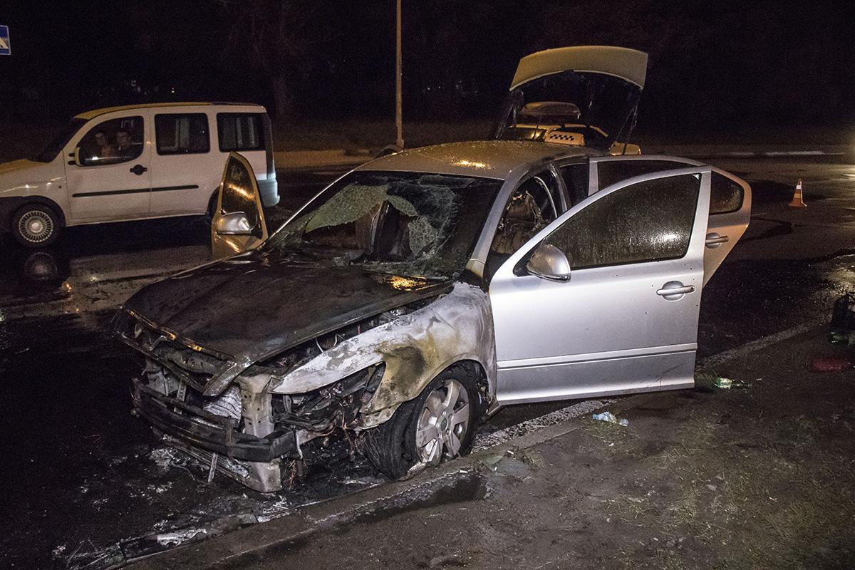 На Оболоні загорівся автомобіль таксі / фото Роман Барабаш / Інформатор