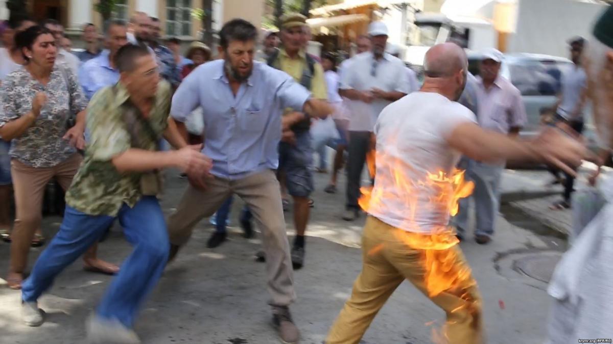 У центрі Сімферополя підпалив себе кримськотатарськийактивіст / фото krymr.com