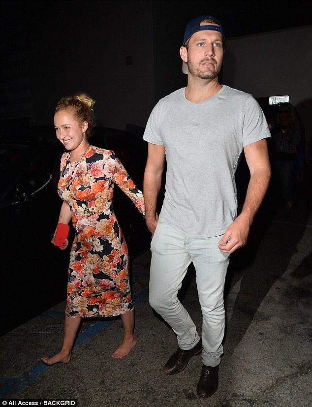 Папараці The Daily Mail підловили Хайден, коли вона виходила із ресторану в супроводі таємничого чоловіка / фото dailymail.co.uk