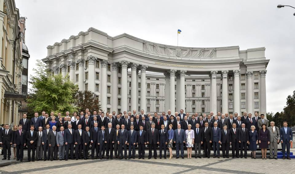 Порошенко зазначив, що перемоги дипломатів не менш важливі \ Фейсбук Петра Порошенка
