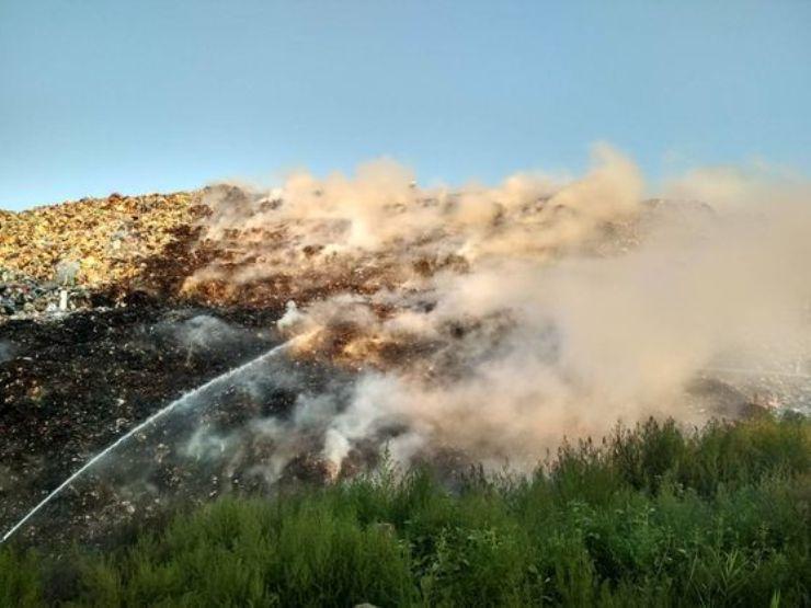 Спасатели ликвидировали пожар на свалке под Полтавой / фото ГСЧС в Полтавской обл
