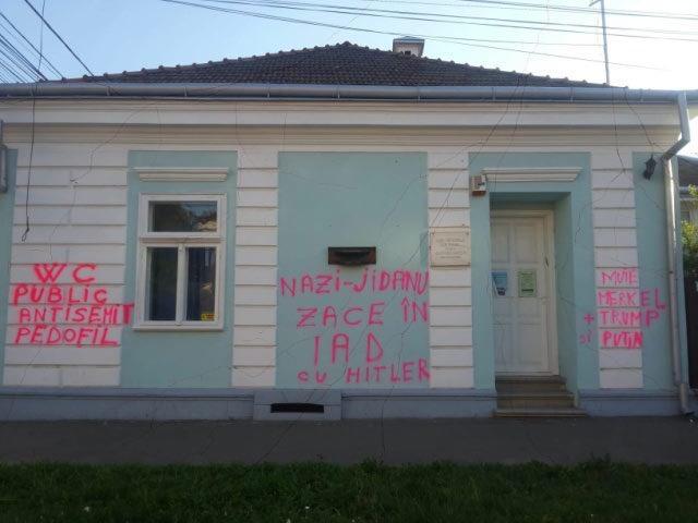 Будинок відомого екс-в'язня нацистів розмалювали антисемітськими написами / фото twitter.com/WorldJewishCong