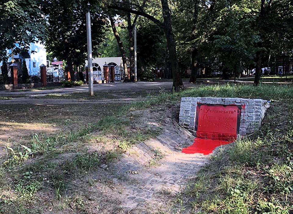 Поліцейські встановлюють особи вандалів / фото hk.npu.gov.ua