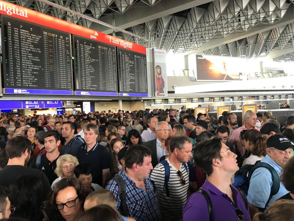 Люди в аеропорту Франкфурта / REUTERS